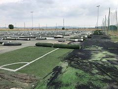 Na holickém stadionu se opravuje hřiště s umělým povrchem.