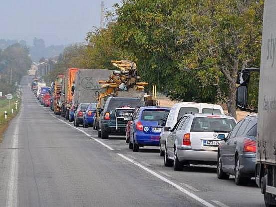 Kolona na příjezdu do Šternberka kvůli uzavírce
