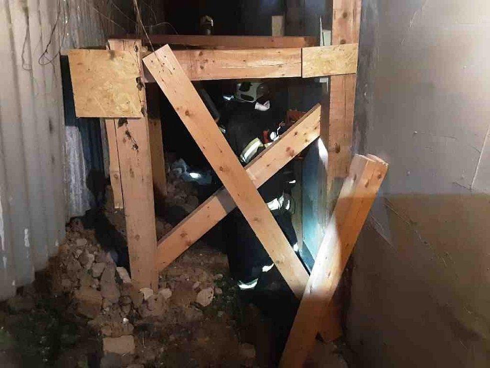 Hasiči zasahují u zřícení zdi neobydleného domu na Mrštíkově náměstí v Olomouci