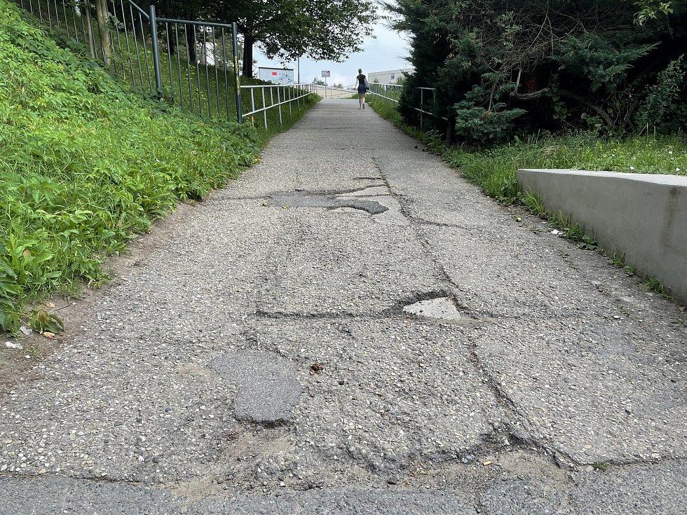 Chodník od tramvajových zastávek vBrněnské ulici do areálu Fakultní nemocnice Olomouc zavře oprava, 16. července 2021.