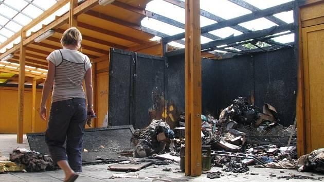 Vyhořelý stánek na tržnici