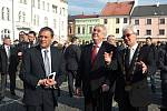 Prezident Zeman na litovelském náměstí. Vpravo starosta Litovle Zdeněk Potužák