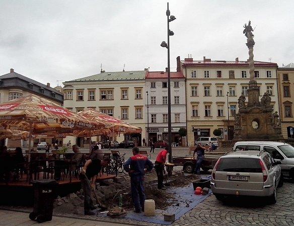 Přesun lamp na Dolním náměstí vOlomouci blíže kchodníku