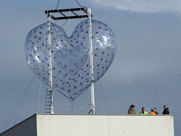 Instalace obřího srdce na sile v centru Olomouce