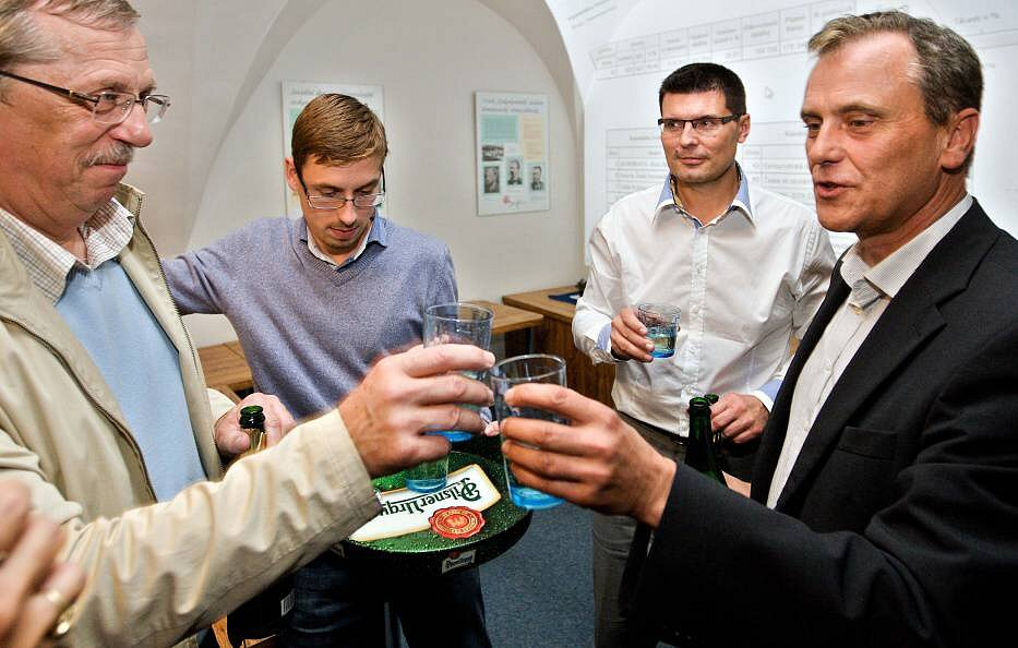 Oslavy vítězství ve volební štábu ČSSD v Olomouci - vpravo lídr kandidátky Jiří Rozbořil, vlevo odstupující hejtman Martin Tesařík