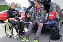Ztepilí muži na startu putování v Bílé Vodě. David Szotkowski (vpravo) a Miroslav Večeřa (na invalidním vozíku)