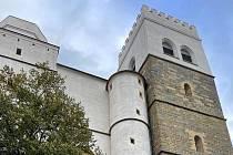Kostel sv. Mořice v Olomouci, vpravo vyšší jižní věž se zvonicí a vyhlídkou