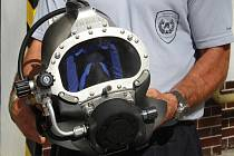 S touto přílbou se olomoučtí hasiči potápějí