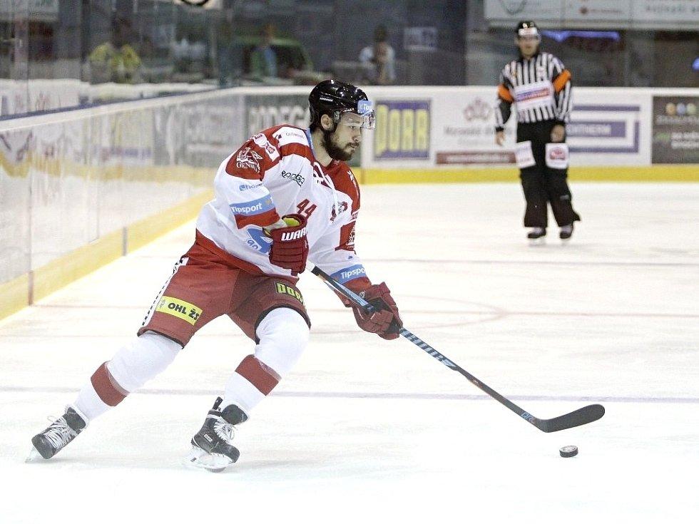 Olomoučtí hokejisté (v bílém) porazili na svém ledě Pardubice 2:1. U puku David Ostřížek.