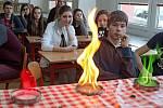 Zábavnou hodinu chemie předvedly studentky pražské VŠCHT na ZŠ Vodní v Mohelnici