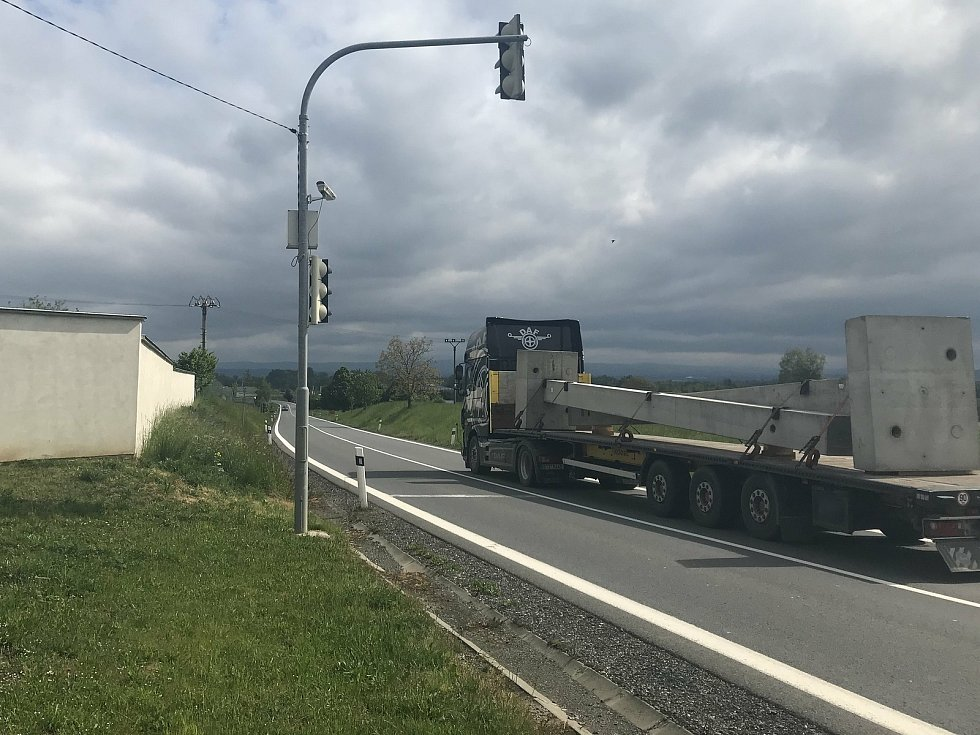 Zastavovací semafor v Kožušanech. Ten obec před pěti 7 pořídila, aby zpomalila projíždějící auta. Zafungoval velmi dobře, avšak policie tento nástroj plošně odmítla