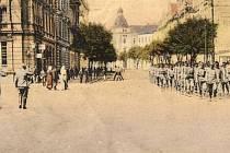 Olomouc 1917. C. k. vojáci pochodují po Stromořadní třídě, budoucím náměstí Hrdinů