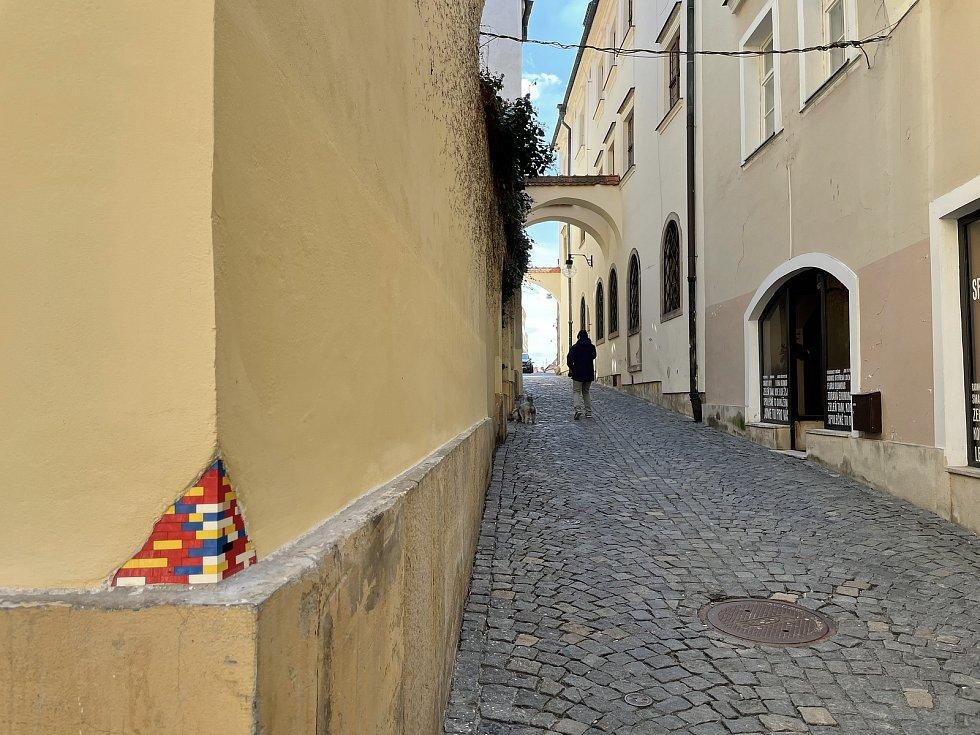 """Roh domu ve Školní ulici v Olomouci """"zdobí"""" kostičky ze stavebnice, 12. dubna 2021."""