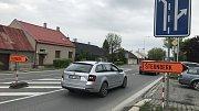 Práce na odbočovacím pruhu u Tovéře poslaly motoristy jedoucí z Olomouce do Šternberka na objížďku vedoucí na Dolany.