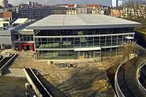 Nová restaurace na olomouckém výstavišti otevře v administrativní budově (na snímku vlevo) vedle pavilonu A. Fotografie dokončené rekonstrukce pavilonu z února 2014