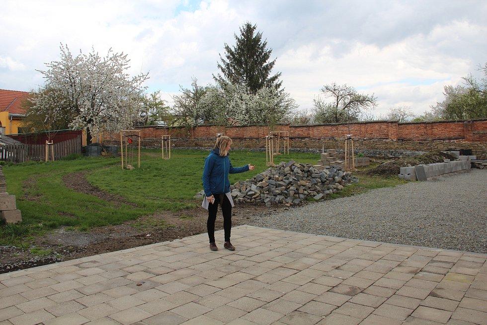 V zahradě komunitního centra v Ústíně přibude nová terasa.