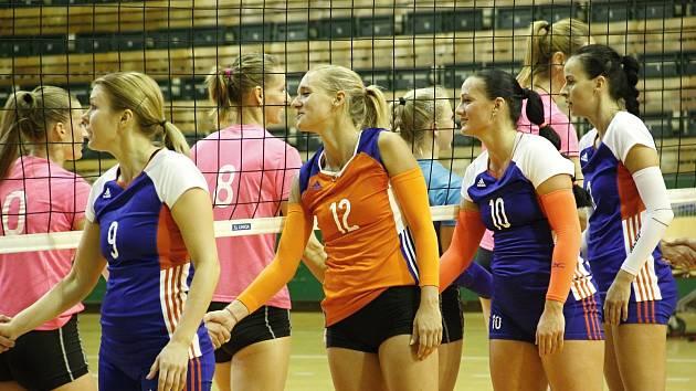 Julie Kovářová v oranžovém po vítězném utkání.