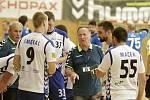 Litovelští házenkáři (v bílém) prohráli s Plzní 26:28. Alois Lasovský (uprostřed), trenér Litovle.