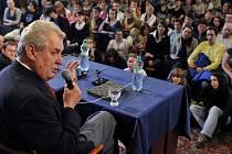 Miloš Zeman na besedě se studenty Univerzity Palackého v Olomouci v roce 2009