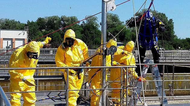 Cvičení hasičů ve splaškové vodě olomoucké čističky