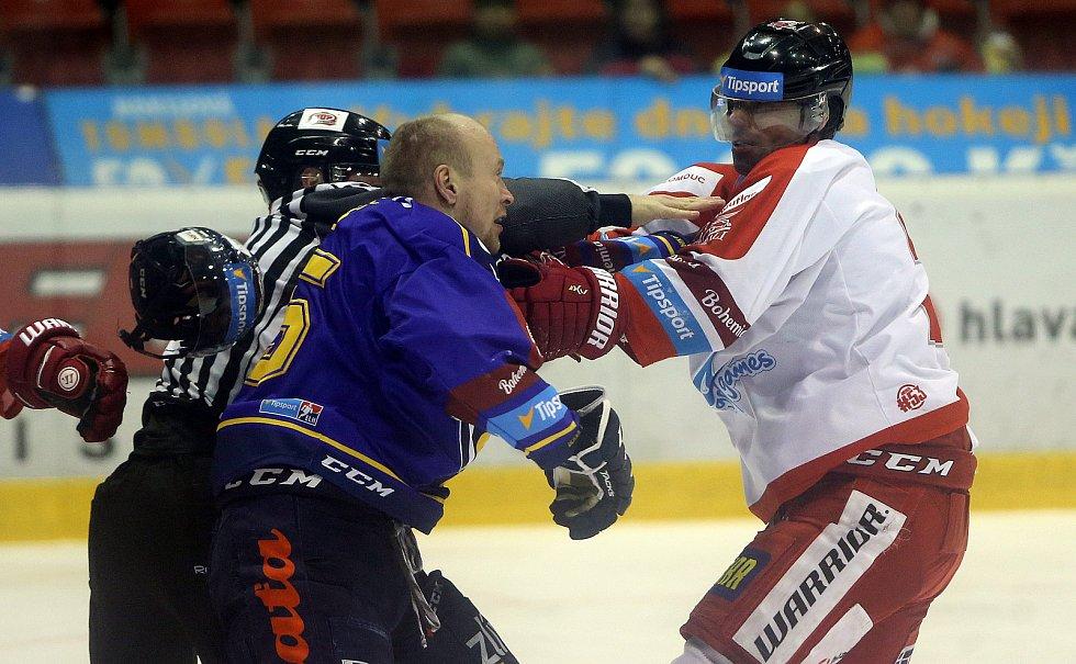 HC Olomouc - Zlín. Pavel Kubiš (v modrém) a Zbyněk Irgl
