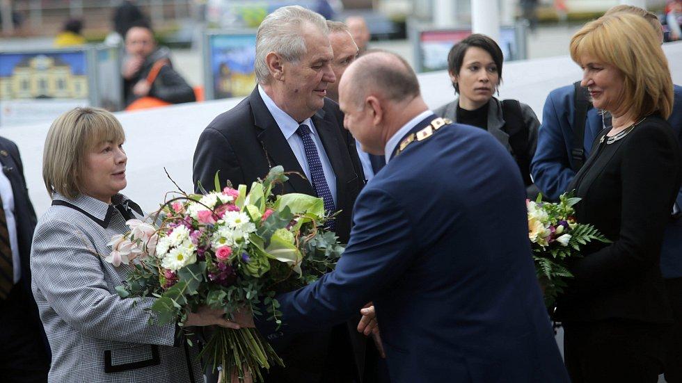 Přivítání prezident Miloše Zemana s manželkou olomouckým hejtmanem Ladislavem Oklešťkem a jeho chotí Marií