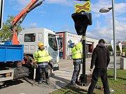 Instalace nového prvku na dopravním hřišti v Olomouci - železniční přejezd se semafory