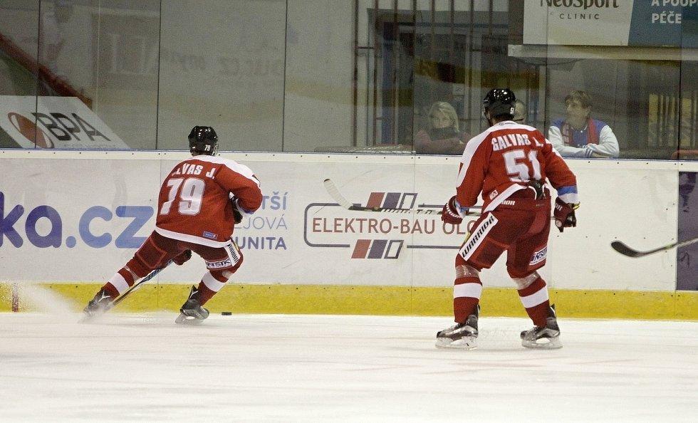 Olomoučtí hokejisté (v červeném) porazili Liberec 3:0syn a otec na ledě - vlevo mladý obránce Jakub Galvas, vpravo zkušený Lukáš Galvas
