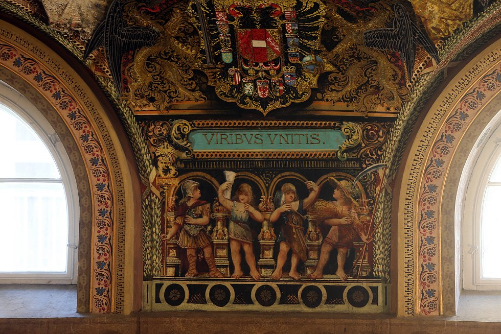 Slavnostní freskový sál v budově FZŠ Komenium.