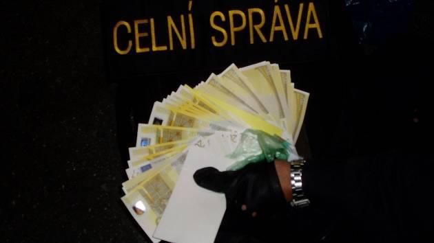 Přes šedesát kusů bankovek přepravoval vloni vlistopadu do tuzemska moldavský občan.