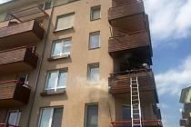 Hasiči likvidují požár na balkoně bytového domu v olomoucké čtvrti Slavonín