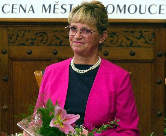 Eva Romanová Graham při přebírání Ceny města Olomouce vroce 2003
