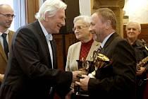 Karel Brückner předává cenu Drahoše Válka házenkářskému trenérovi Lubomíru Krejčířovi. Vyhlášení Sportovce roku 2015 na olomoucké radnici