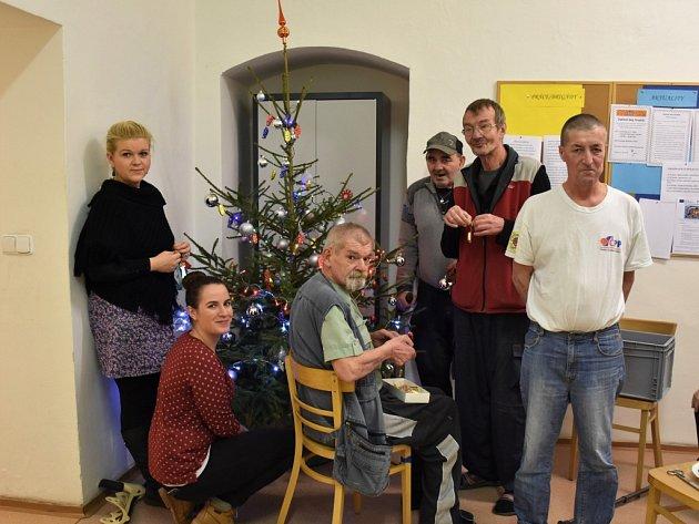 V denním centru vypuknou přípravy těsně před Štědrým dnem, v azylovém domě už stojí stromeček, který už v úterý nastrojili klienti spolu se sociálními pracovníky.