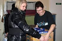 Desítky krabic s piškoty, granulemi a laskominami nasbíraly děti z Fakultní základní školy dr. Milady Horákové v Olomouci na pomoc opuštěným kočkám a psům