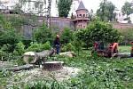 Řádění větru v Bezručových sadech v Olomouci - úklid spouště