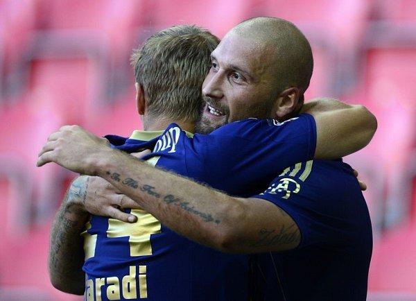 Autor třetího gólu Olomouce Iva Lietava (vpravo) se raduje se spoluhráčem Adamem Varadim