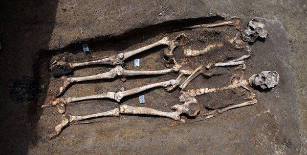 Archeologický průzkum na Dolním náměstí vOlomouci:kosterní křesťanský dvojhrob
