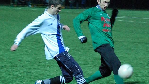 Peter Krutý má k míči blíž.
