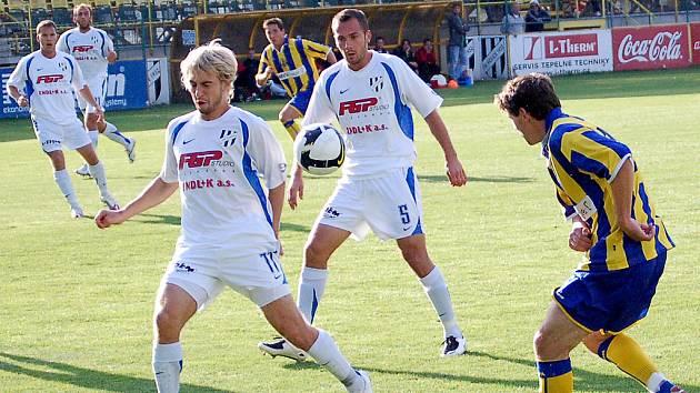 Opavský Milan Barteska (vpravo) se snaží odcentrovat přes Tomáše Dadáka z HFK Olomouc.