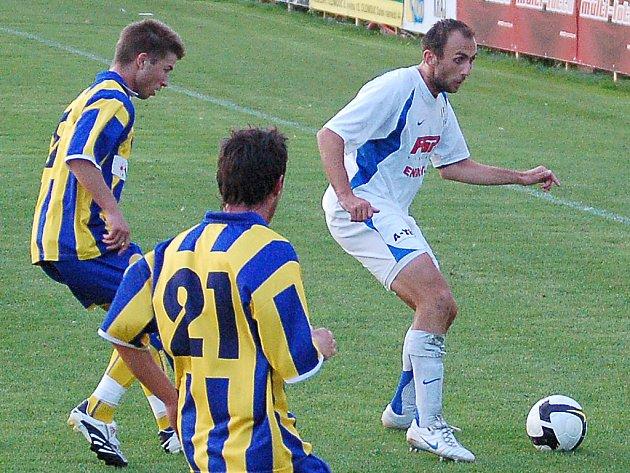 Záložník HFK Peter Krutý (s míčem).