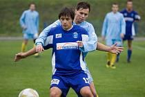 Litovelští fotbalisté (v tmavém) bojují o míč