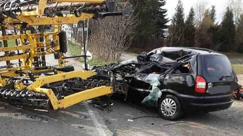 Srážka zemědělského stroje a osobního auta u Hněvotína, 9. dubna 2021