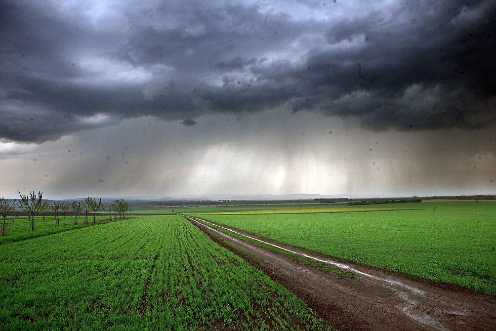 Olomouckem přešla bouřka doprovázená kroupami.