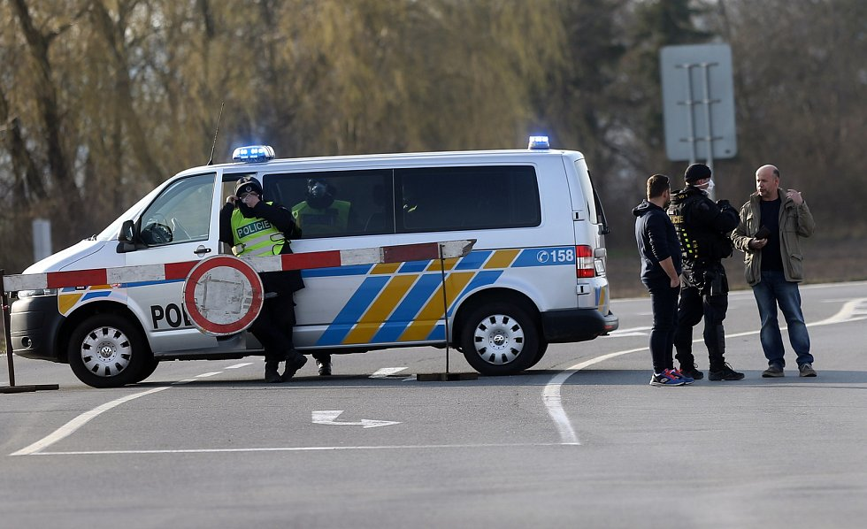 Policisté střeží vjezd do Litovle