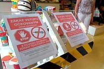 Dvě cedule zakazující vstup lidem očkovaným mRNA vakcínami proti novému typu koronaviru (na snímku z 23. června 2021) umístila u vchodu do obchodu s dětským zbožím nedaleko centra Olomouce jeho provozovatelka Zuzana Michálková.