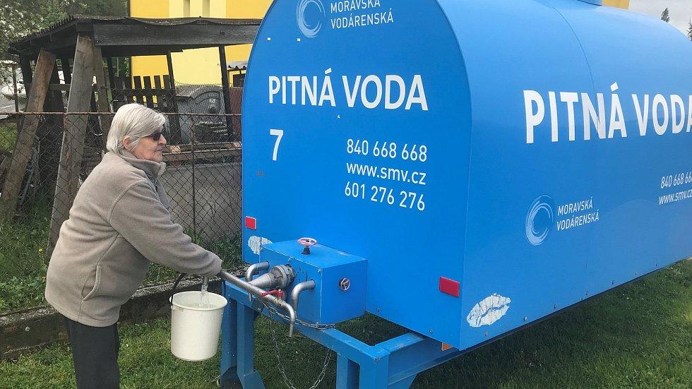V Mladči a místní části Sobáčově jsou od pátku bez vody. Musejí k cisternám. Praskl hlavní vodovodní rozvod, a to přímo pod dálnicí.