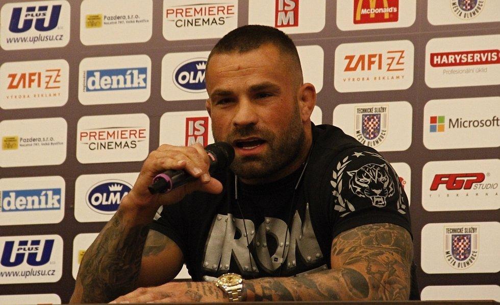 """Karlos """"Terminátor"""" Vémola besedoval na Olomoucké fotbalové škole."""