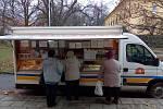 Na Svatém Kopečku koupí lidé cukrovou vatu nebo hamburgery, ale základní potraviny ne. Jediný obchod skončil. A tak i když místní mají v občance jednu z nejlepších adres Olomouce, musejí s taškou k pojízdné prodejně.