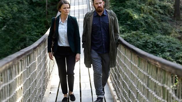 Majorka Výrová (Klára Melíšková) a detektiv Mráz (Stanislav Majer) pátrají v olomoucké zoo. Ze série Pět mrtvých psů